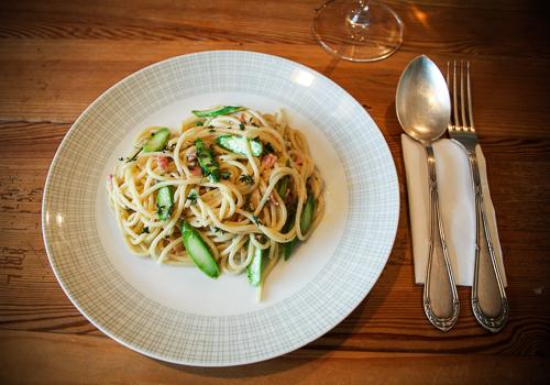 Spaghetti Carbonara mit grünem Spargel